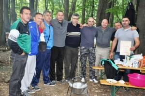 pobednička ekipa posed kotlića-trofeja